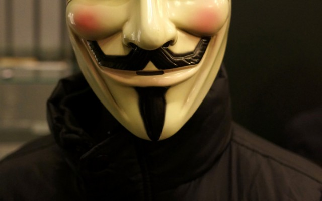V-for-Vendetta-mask-on-a-manequin-in-Comics-Unmasked-879x1024